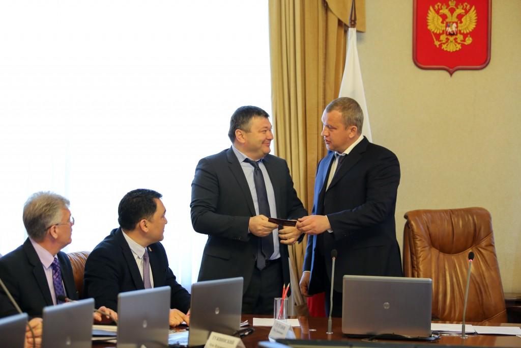 Сергей Морозов вручил знаки отличия ГТО астраханским министрам