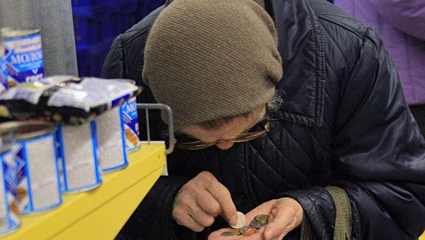 СМИ рассказали как российским пенсионерам и малоимущим сбывают просрочку
