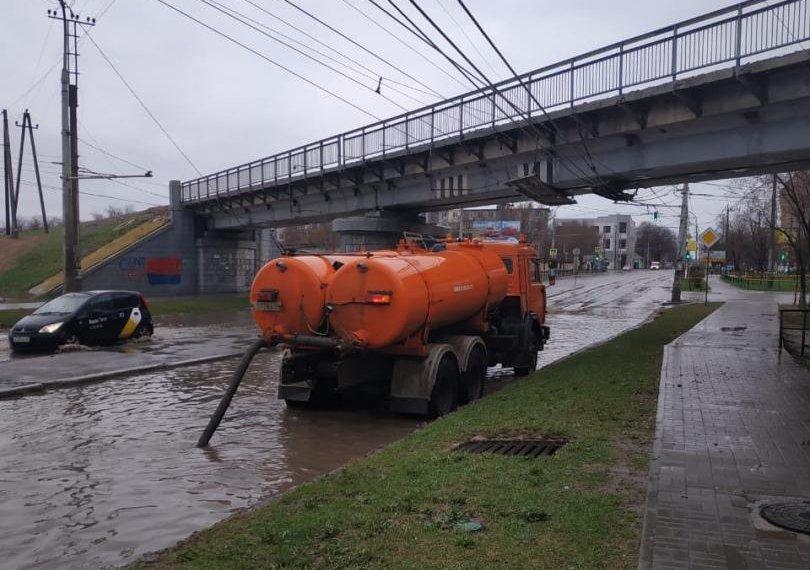 В Астрахани с самого утра откачивают лужи