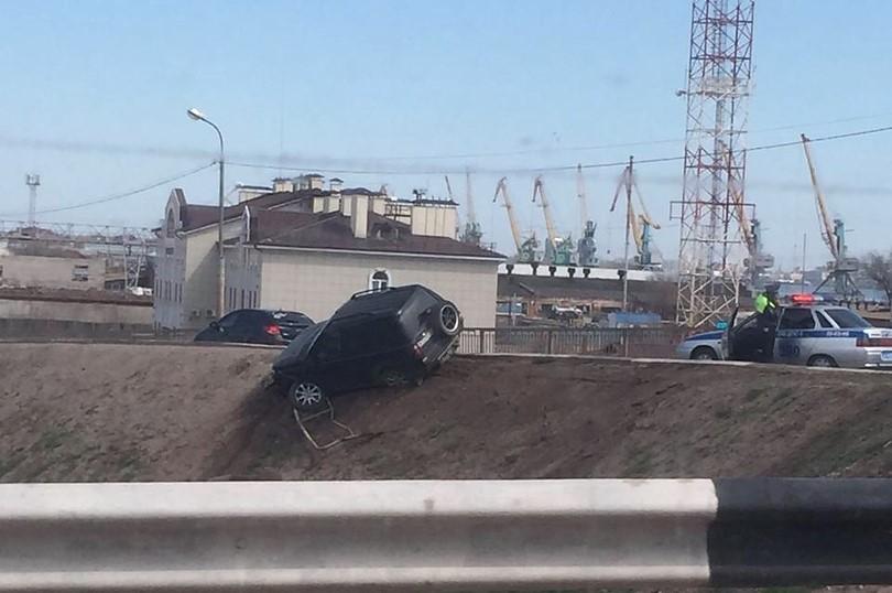 В Астрахани автомобиль чуть не улетел со Старого моста