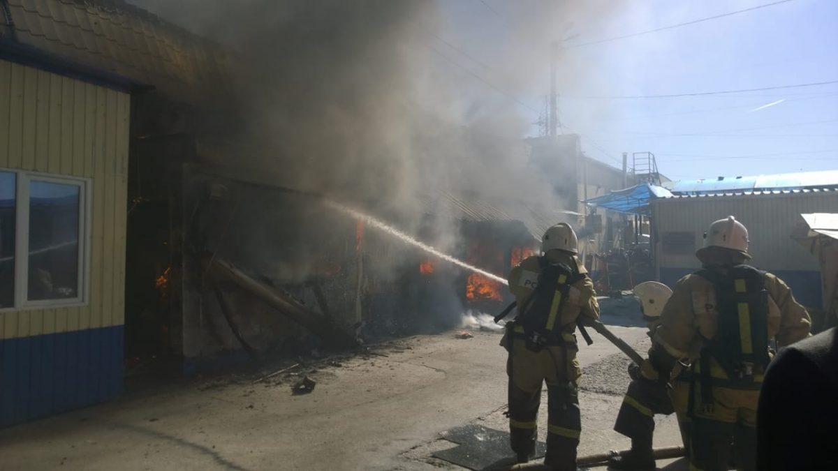 Продавцы выбегали с товаром: в сети появилось видео пожара у Больших Исад