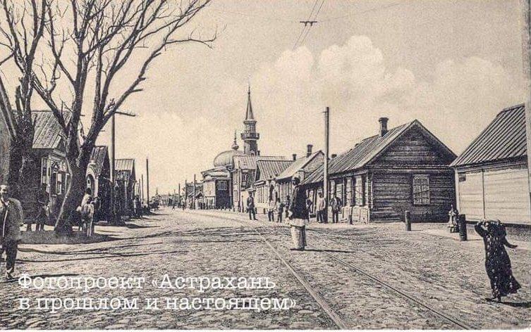 Фото до и после: на одной из улиц в центре Астрахани дороги хуже, чем 100 лет назад