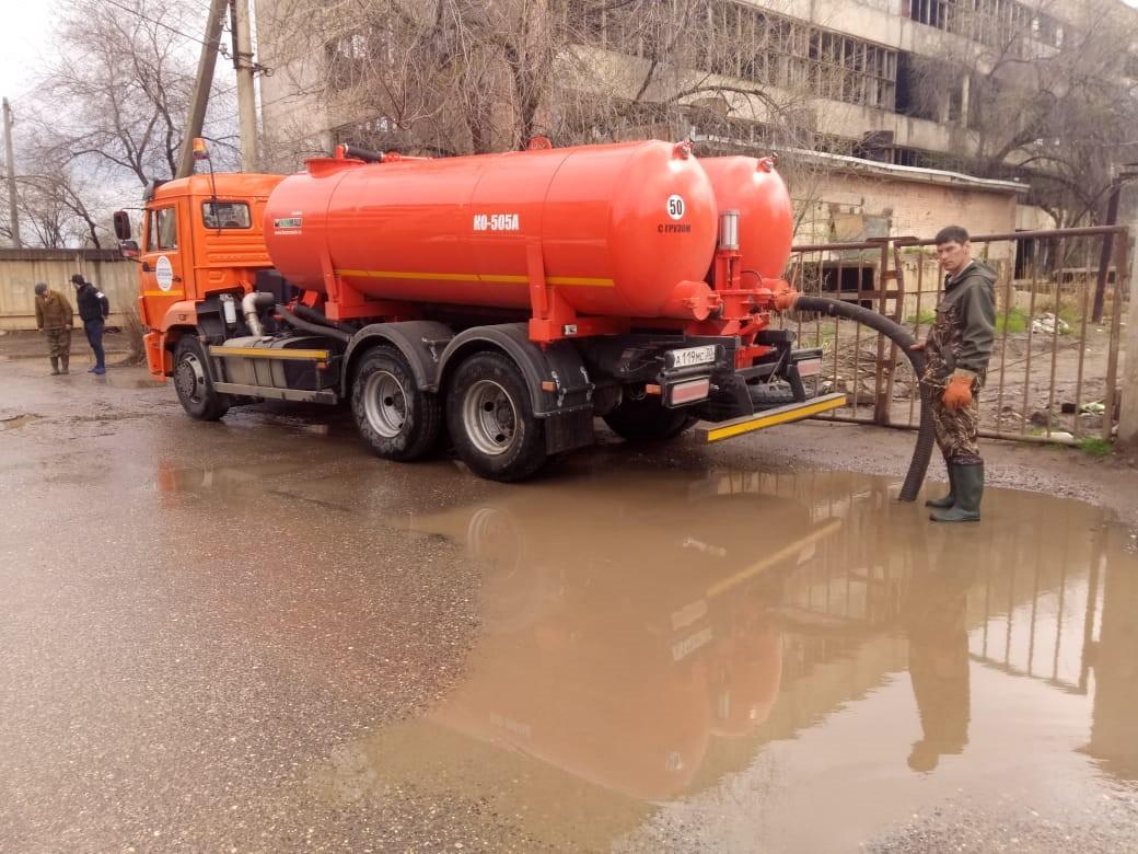 Спецтехника откачивает воду на улицах Астрахани