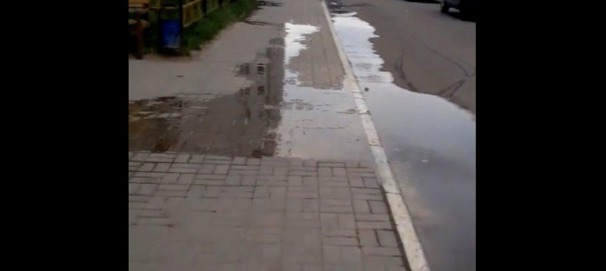 Около новостройки на улице Космонавта Комарова разлилась канализация
