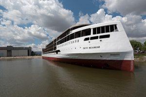 Завод «Лотос» спустил на воду первый в истории России круизный лайнер