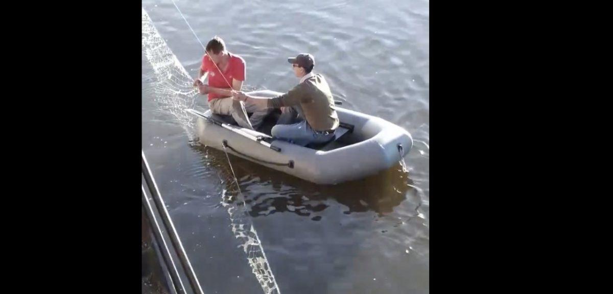 Рыбаки ставят сети на Центральной набережной. Видео