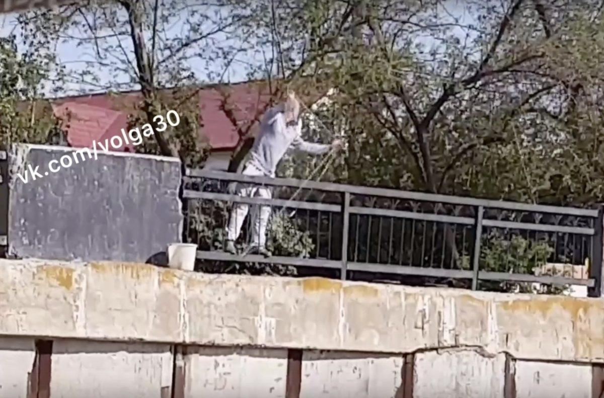 Астраханец снял на видео рыбалку сетью на Комсомольской набережной