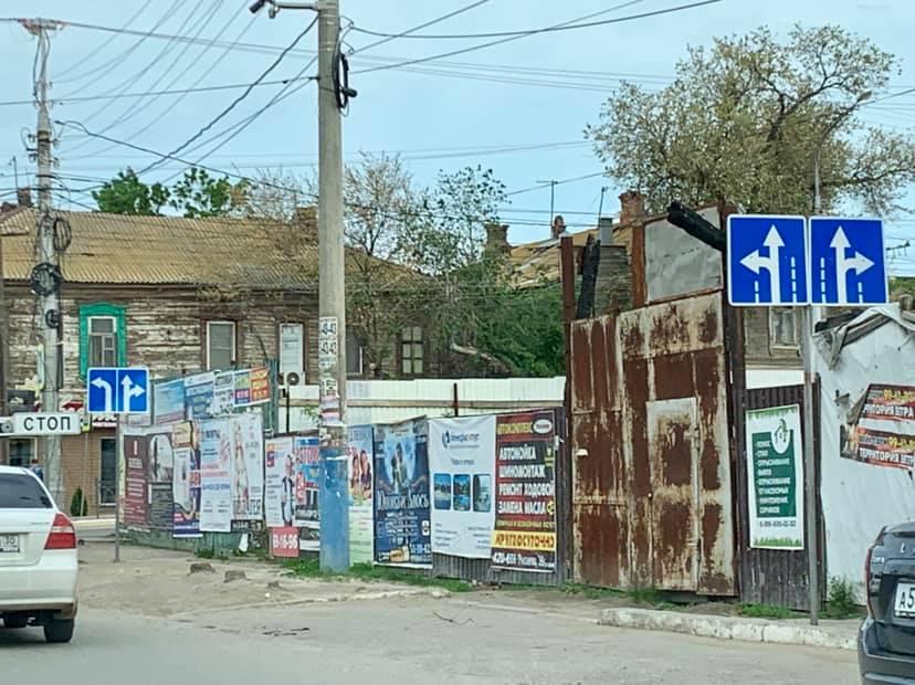 В Астрахани обнаружили запутывающие водителей дорожные знаки