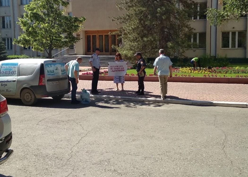 Астраханка вышла на пикет у администрации губернатора