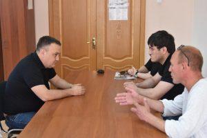 К главе Трусовского района пришли с раскаянием сломавшие арку водители