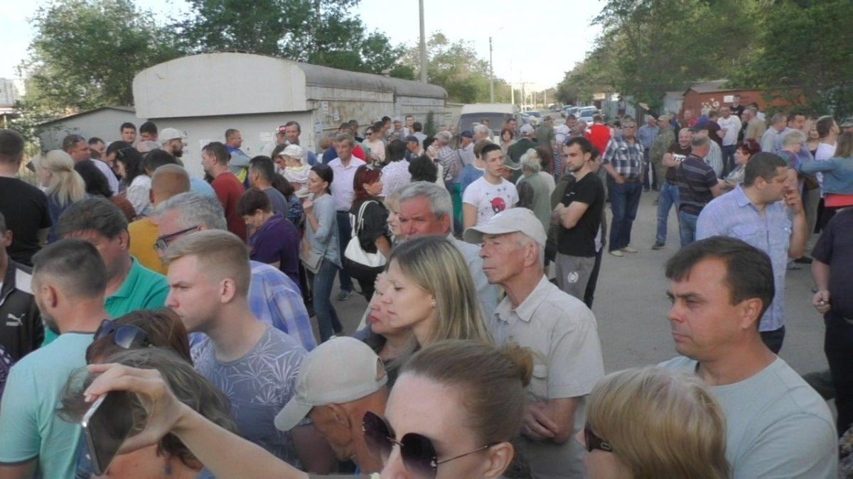 Астраханские коммунисты организовали собрание жителей на улице Рылеева