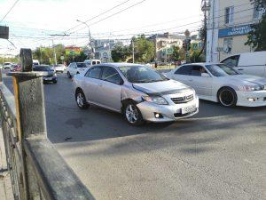 Остатки троллейбусных проводов в Астрахани напали на машины