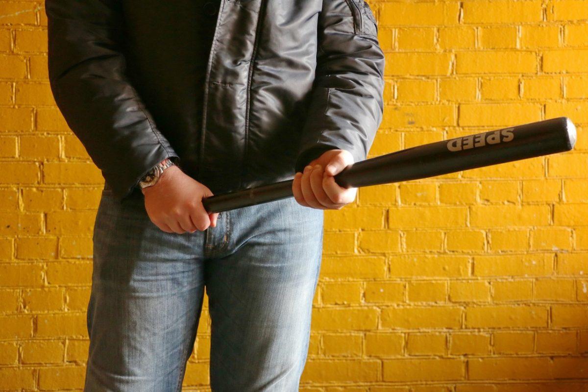 В Астрахани сняли на видео избиение мужчины большой палкой