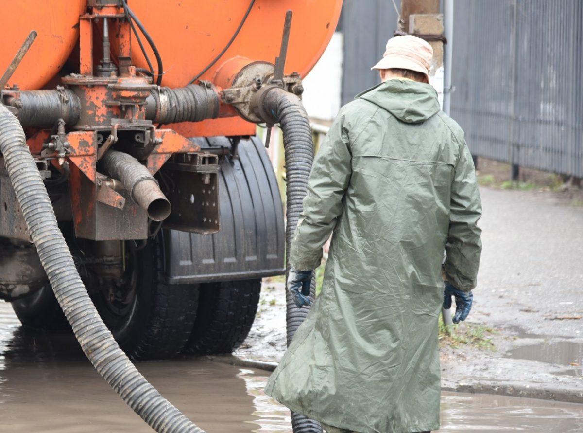 На астраханских улицах воду откачивают 39 машин