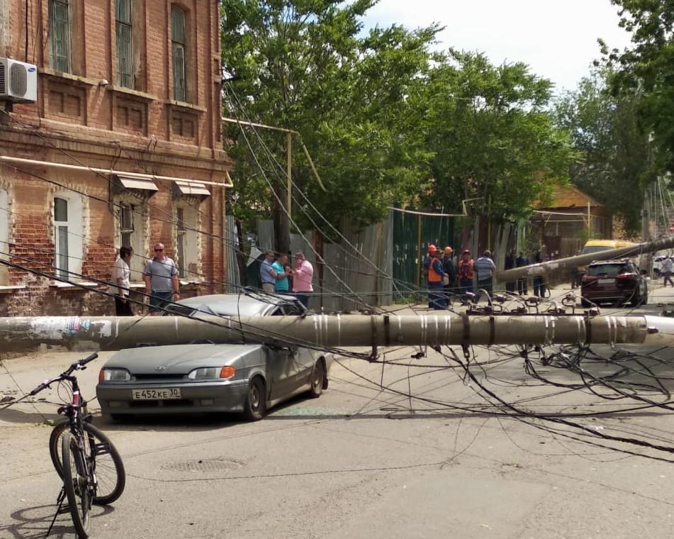 После троллейбусных проводов машины атаковали трамвайные столбы