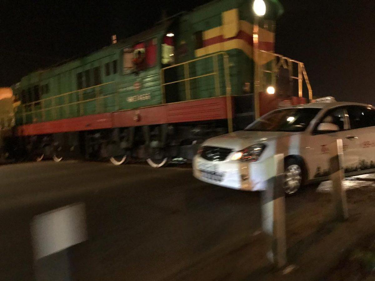На заводе Ленина тепловоз сбил машину такси
