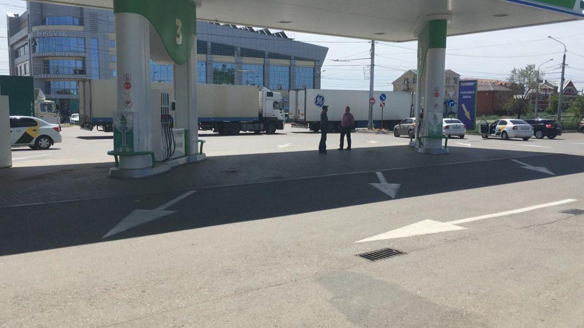 В Астрахани КАМАЗами перекрыли дорогу к аэропорту