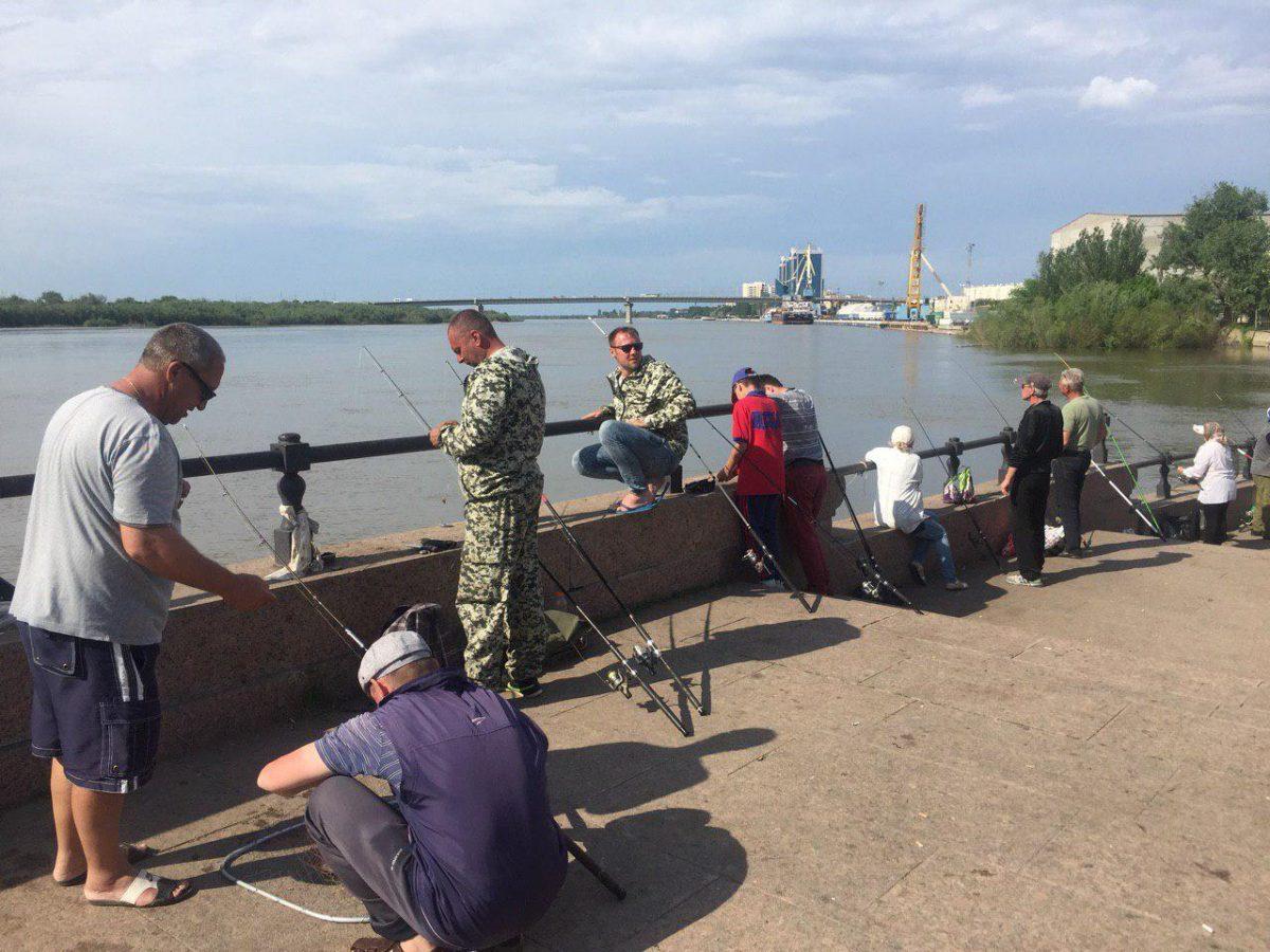 4 рыбины за 10 минут: астраханцы оккупировали Центральную набережную