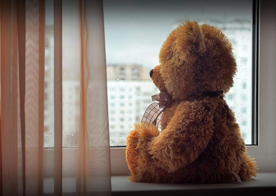 Астраханцам напомнили, как обезопасить детей от выпадения из окна
