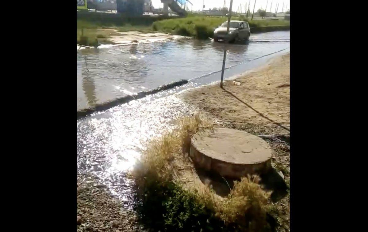 В Астрахани нечистотами затопило улицу. Видео