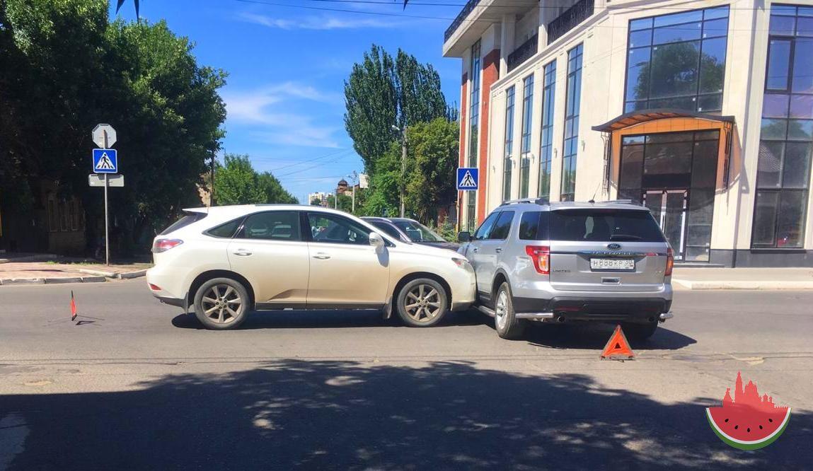 В центре Астрахани машины с номерами 888 не поделили дорогу
