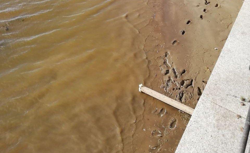На Комсомольской набережной в Волгу под напором сливали черную вонючую воду