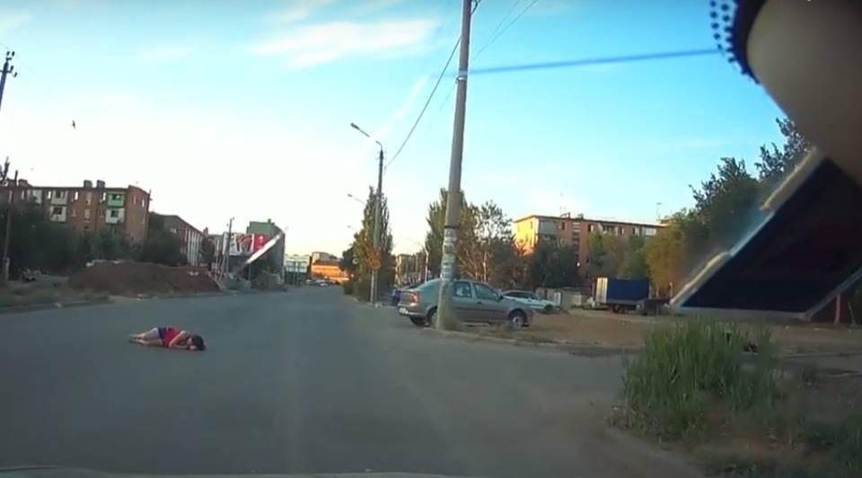 В Астрахани женщина решила поспать прямо на проезжей части
