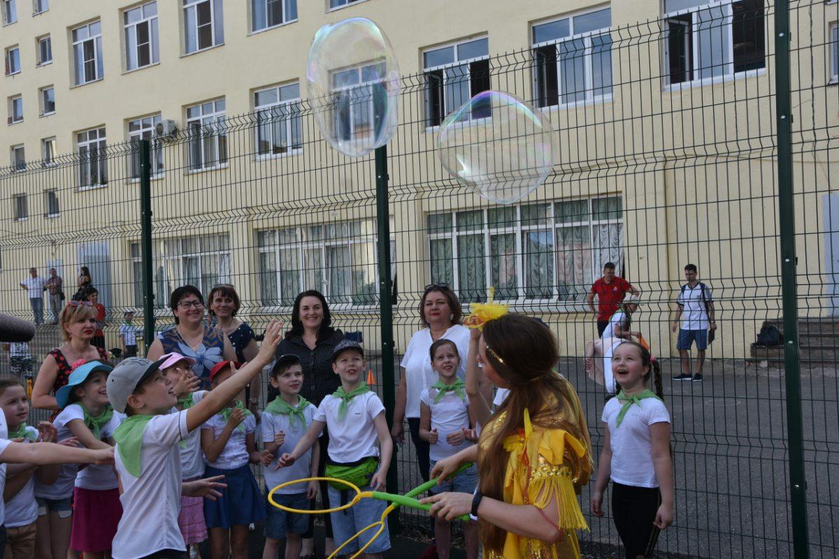 В астраханских школах открываются детские лагеря