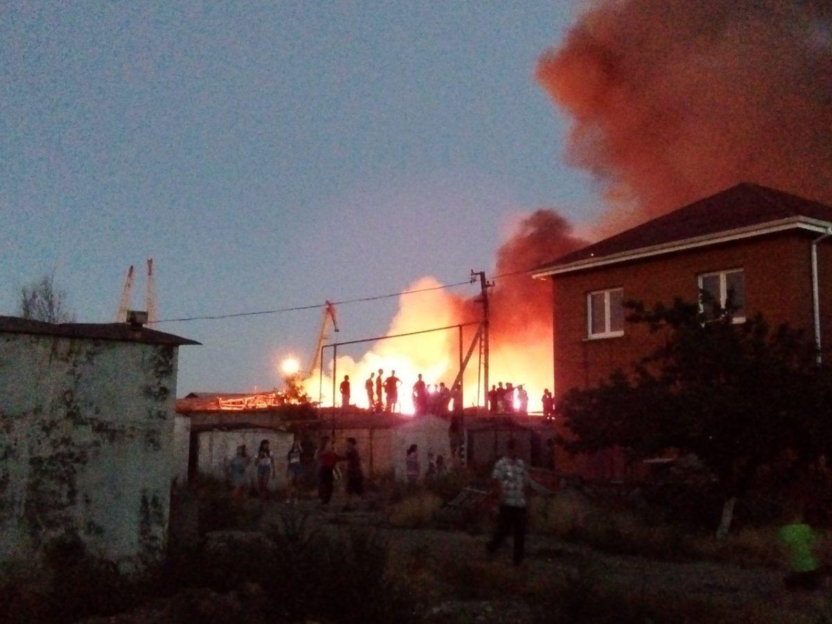 В Трусовском районе горит рыбный цех