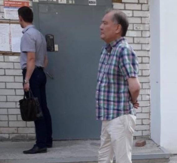 Фото дня: экс-мэр Ахтубинска Нарузбаев в наручниках у подъезда