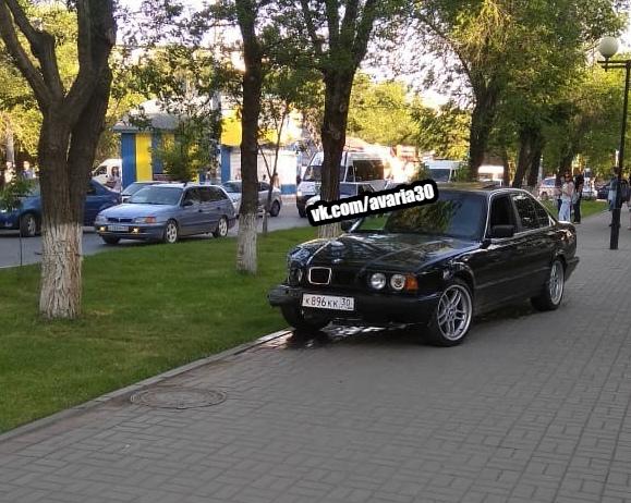 Астраханец на BMW ударил две машины и прокатился по пешеходной аллее