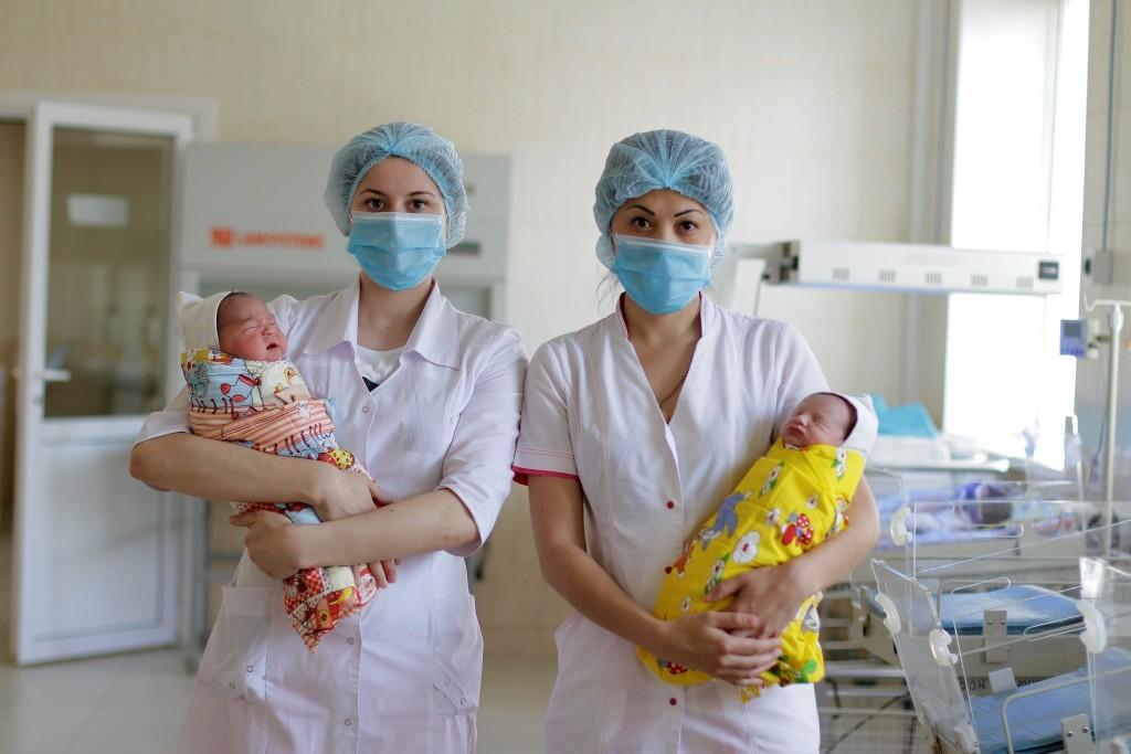 Минтруд РФ: Рождаемость в стране падает из-за стагнации доходов