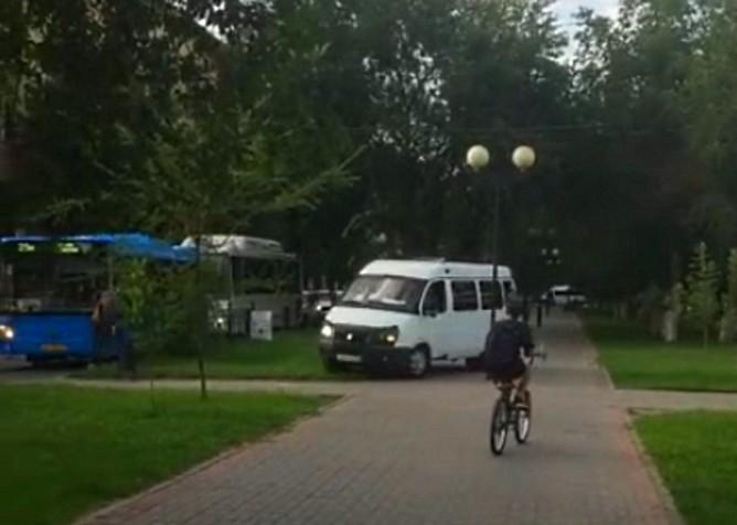 Астраханские маршрутки поехали прямо по аллее на Савушкина