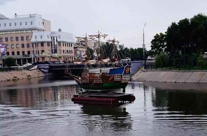 На Приволжском затоне установили макет старинного корабля