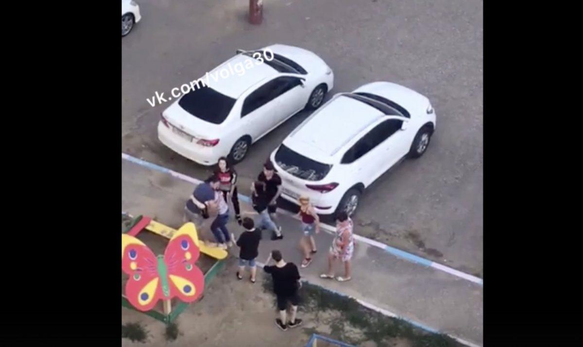Пьяные подростки подрались на детской площадке. Видео