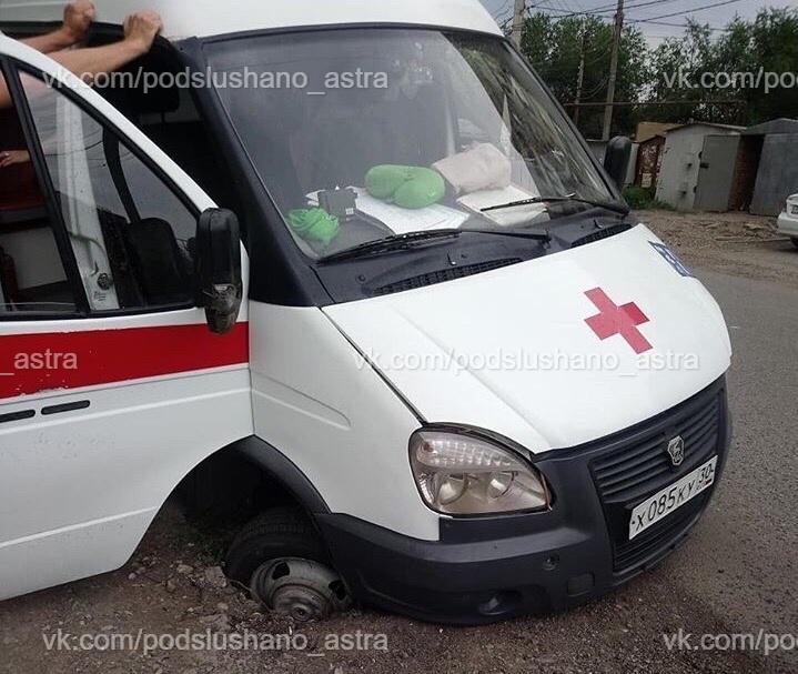 Скорая помощь угодила в открытый люк на улице Сен-Симона
