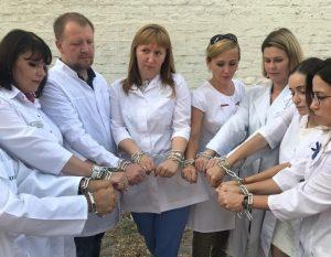 Астраханские медики надели себе на руки цепи