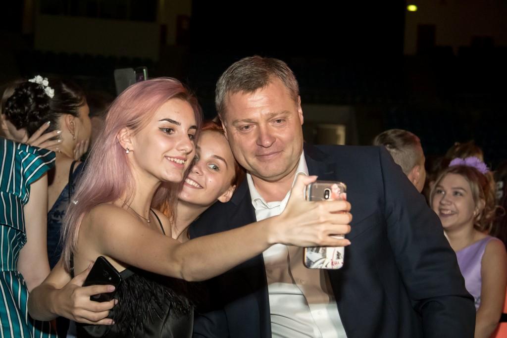 Врио губернатора Игорь Бабушкин пришел на дискотеку к выпускникам