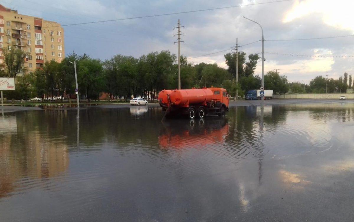 С улиц Астрахани воду откачивали всю ночь