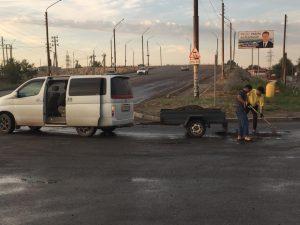 Астраханец своими руками латает дороги. Жители переживают, чтобы его не оштрафовали