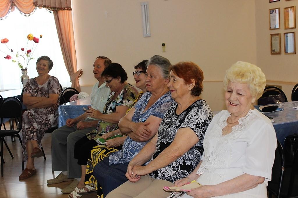 Астраханским пенсионерам рекомендуют лечиться смехом