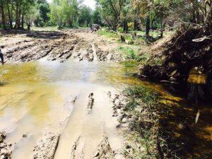 Утопающую в грязи дорогу без асфальта астраханские чиновники назвали нормативной