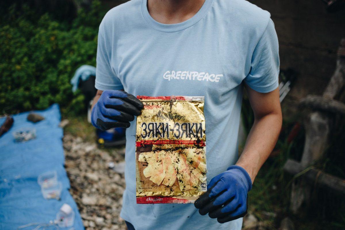 Астраханцам предлагают изучить пластиковый мусор, разбросанный по земле