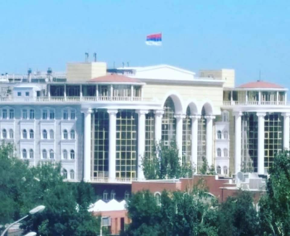 Над Дворцом правосудия в Астрахани развевается перевернутый флаг России