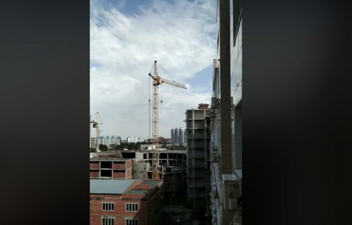 Астраханцы жалуются на заброшенный строительный кран, живущий своей жизнью