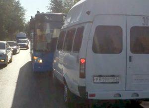 Астраханский маршрутчик помешал автобусу ехать по встречной