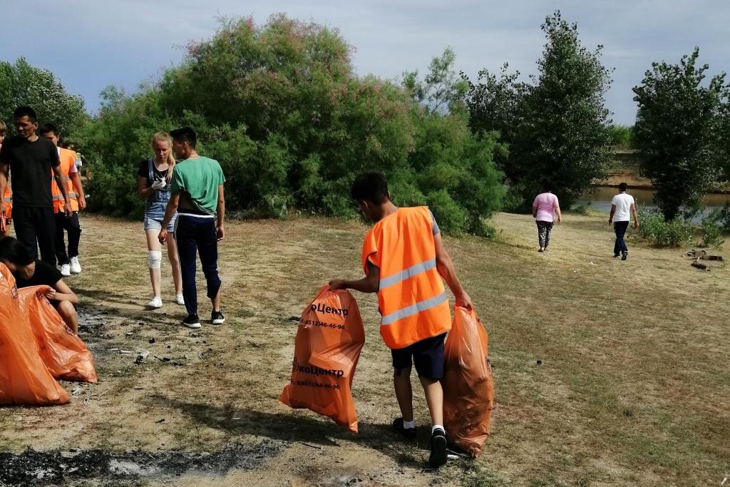 На реке Ашулук собрали более 100 мешков мусора