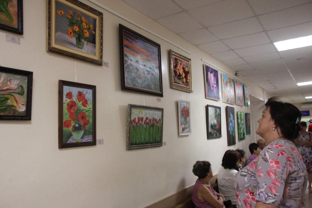 В областном онкологическом диспансере открылась выставка «Цветы жизни»