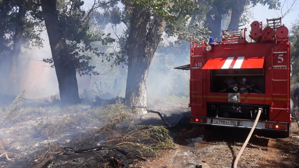 В микрорайоне III Интернационал горят мазутные ямы