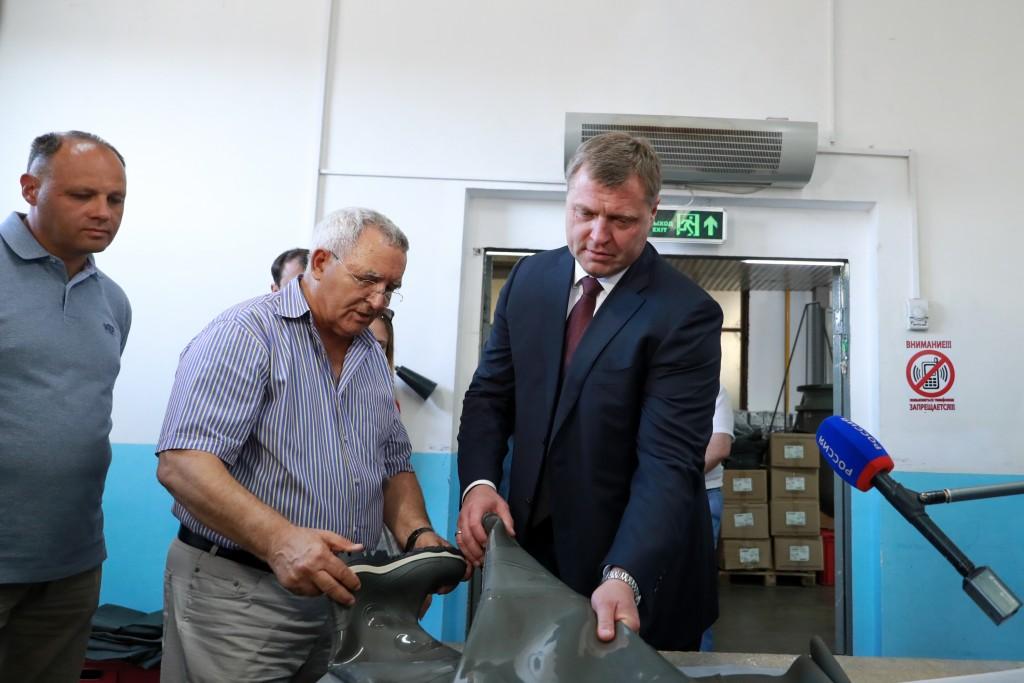 Врио губернатора Игорь Бабушкин посетил астраханский завод резиновой обуви